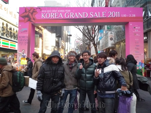 Overseas tourists pose for a photograph during last year's Korea Grand Sale festival (Visit Korea Committee)