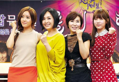 """T-ara members Hyomin (far left) and Soyeon (far right) pose with musical actress Park Hae-mi (second from left) and singer Jang Hye-jin (second from right) during a press conference promoting their upcoming musical """"Roly Poly"""" in central Seoul, Wednesday. (Theatro)"""