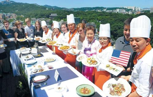 Cooks and participants pose after a Korean cuisine tasting event at the Institute of Traditional Korean Food in central Seoul in July 2011. (Lee Sang-sub/The Korea Herald)