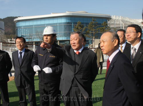 Hyundai Motor Group chairman Chung Mong-koo (center) gestures during his visit to the construction site of the 2012 Yeosu Exposition in South Jeolla Province, on Thursday. Expo organizing committee chief Kang Dong-suk (right, front row) also attended the inspection. (Yonhap News)