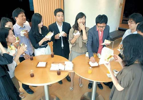 """Participants eat sandwiches ahead of the """"Noon Lecture"""" classes. (Sejong Arts Academy)"""