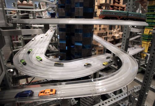 """Miniature cars move along the road in Chris Burden's latest kinetic sculpture, """"Metropolis II,"""" at the Los Angeles County Museum of Art in Los Angeles. (AP-Yonhap News)"""