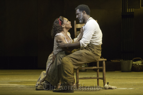 """Audra McDonald (left) and Norm Lewis in a scene from """"The Gershwins' Porgy and Bess"""" in New York. (AP-Yonhap News)"""