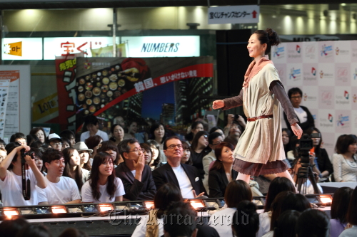 """A model takes to the catwalk during the """"Dongdaemun Collection in Osaka,"""" which was held on Sep. 23, 2011 to introduce designs by six up-and-coming Korean designers with stores in Seoul's major shopping district. (The Korea Tourism Association)"""