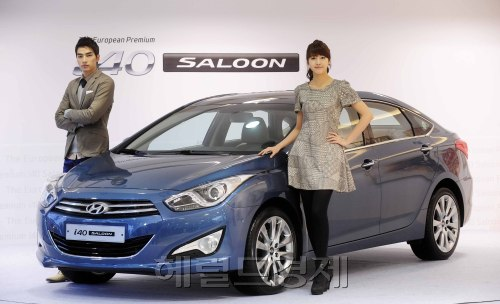 Hyundai Motor Co. takes the wraps off the i40 Saloon at a launch ceremony held in Seoul on Tuesday. (Park Hae-mook/The Korea Herald)