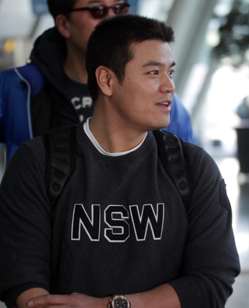 Cleveland Indians outfielder Choo Shin-soo waits for his flight at Incheon International Airport on Thursday. (Yonhap News)