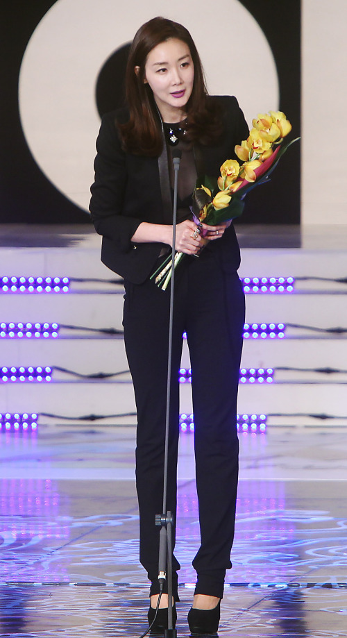 Actress Choi Ji-woo receives the Asia Star Award during the 2012 Asia Model Awards held at Olympic Park, southeastern Seoul, Wednesday. (Yonhap News)