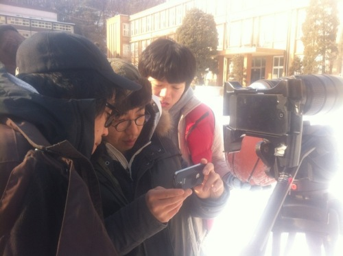 Filmmaker Kang Dong-heon (center ) makes a film using two iPhones. (Kang Dong-heon)