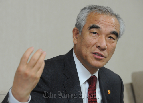 Culture Minister Choe Kwang-shik speaks to The Korea Herald in his office on Jan. 19. (Lee Sang-sub/The Korea Herald)