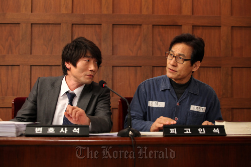 """A scene from """"Unbowed"""" starring Park Won-sang (left) and Ahn Sung-ki. (NEW)"""