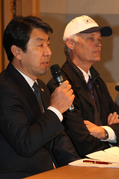 President of Jeju Tourism Organization Yang Young-keun (left) and chairman of the New7Wonders Foundation Bernard Weber speak during a press conference in Seoul, Thursday. (Yonhap News)