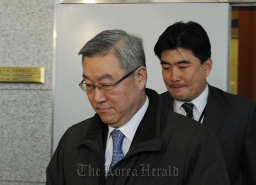 Foreign Minister Kim Sung-hwan leaves the ministry in Seoul on Monday after prosecutors raided the building for evidence that the ministry's energy envoy was involved in artificially boosting the stock prices of a Korean diamond development firm in Cameroon. (Lee Sang-sub/The Korea Herald)