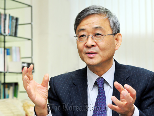 Kim Young-min, president of English Language & Literature Association of Korea, speaks during an interview with The Korea Herald at his Dongguk University office in Seoul on Thursday. (Park Hyun-koo/The Korea herald)