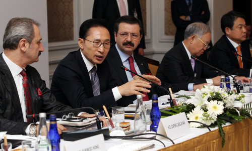 President Lee Myung-bak (second from left) speaks during a Korea-Turkey CEO Roundtable meeting in Istanbul, Turkey, on Saturday. From left are Turkey's Economy Minister Zafer Gaglayan, Lee, Union of Chambers and Commodity Exchanges of Turkey President Rifat Hisarciklioglu and Korea Chamber of Commerce and Industry Chairman Sohn Kyung-shik. (Yonhap News)