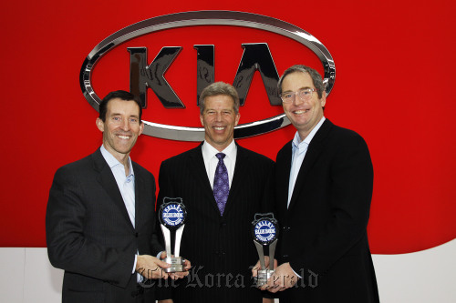 Michael Sprague (left), vice president at Kia Motors America, poses with Vincent D. Nelson (center), executive vice president of Analytic Insights for Kelley Blue Book, and a KMA executive after an awarding ceremony in Chicago on Wednesday. (Kia Motors)