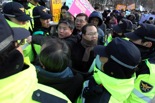 Civic activists protest the student rights ordinance in Seoul. (Yonhap News)