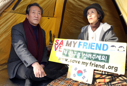 Rep. Chung Mong-joon (left) of the ruling Saenuri Party visits Liberty Forward Party Rep. Park Sun-young, who is holding a hunger strike in front of the Chinese Embassy in Seoul on Tuesday. (Yonhap News)