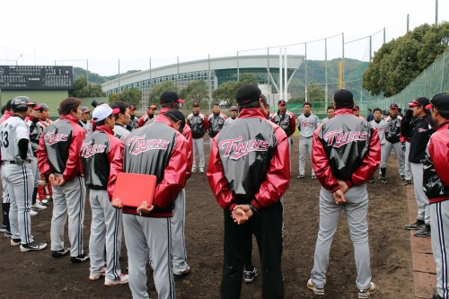Players and coaches of LG Twins stand in a circle during the team's overseas training in Okinawa, Japan, Tuesday. (Yonhap News)