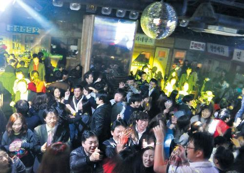 Clubbers enjoy a night out at 88 Parade of Youth in Nonhyeon-dong, southern Seoul. (88 Parade of Youth)