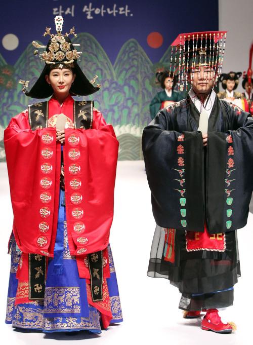 Actress Chae Si-ra (left) and actor Park Sang-won reenact a royal wedding held at National Museum of Korea on Monday.( Yonhap News)