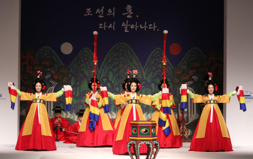 Dancers from the National Gugak Center perform at an event to celebrate the Nuclear Security Summit in Seoul on Monday. (Yonhap News)