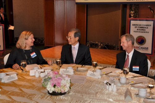 Korea's Trade Minister Park Tae-ho (center) talks with American Chamber of Commerce chairman Pat Gaines (right) and AmCham president Amy Jackson during a meeting in Seoul on Thursday. (Yoav Cerralbo/The Korea Herald)