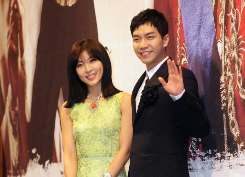 """Actor Lee Seung-gi (right) and actress Ha Ji-won attend the press conference for MBC's """"The King 2Hearts"""" at the Imperial Palace Hotel in Seoul, Thursday. (Park Hae-mook/The Korea Herald)"""