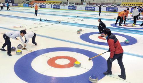 Participants play the stones during the National Curling Championships in Chuncheon, Gangwon Province on Feb 26. (Yonhap News)