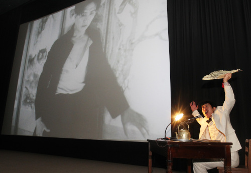 """Actor Cho Hee-bong, the narrator of Korea's oldest extant silent film """"Crossroads of Youth,"""" (1934) performs during the rehearsal screening of the film at the Korean Film Archive in Seoul, Wednesday. (Yonhap News)"""