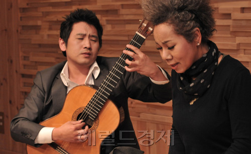 "Guitarist Denis Sungho Janssens (left) and singer Insooni perform Kim Kwang-seok's song ""Around 30"" at a studio in Dogok-dong, southern Seoul, on Tuesday. Chung Hee-cho/The Korea Herald"