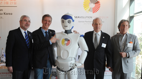 Dietmar Schmitz (second from right), commissioner general for the German Pavilion in Yeosu Expo, poses with organizers and mascot Han-S during a news conference in Seoul on Wednesday. (Lee Sang-sub/The Korea Herald)