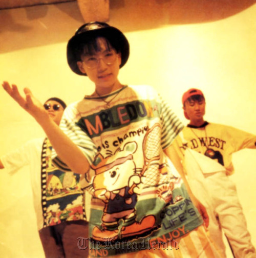 "Seo Taiji & Boys sing hit song ""Nan Arayo (I Know)"" in 1992. (The SeoTaiji Company)"