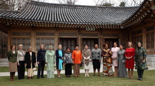 First lady Kim Yoon-ok (seventh from right) poses with spouses of leaders in Seoul to attend the Nuclear Security Summit before an official lunch at Cheong Wa Dae on Tuesday. (From left) Friedrun Sabine Burkhalter, wife of the Swiss foreign minister; Margarida Barroso, wife of the European Commission president; Gursharan Kaur, wife of the Indian prime minister; Elsa Antonioli Monti wife of Italy's prime minister; Noorainee Abdul Rahman of the Malay vice prime minister; Yoo Soon-taek, wife of the U.N. Secretary-General; Elenita S.Binay, wife of the Filipino vice president; Ani Bambang Yudhoyono, wife of the Indonesian president; Kim; Nompumelelo Zuma, wife of the South African president; Patience Jonathan, wife of the Nigerian president; Sylvia Bongo Ondimba, wife of the president of Gabon; Tran Thanh Kiem, wife of Vietnam's prime minister; Cecilia Morel de Pinera, wife of the Chilean president and Emine Erdogan, wife of the prime minister of Turkey. (Yonhap News)