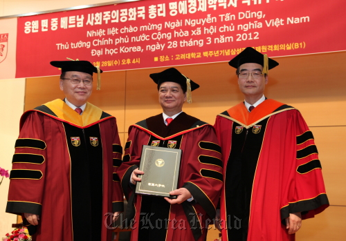 Vietnamese Prime Minister Nguyen Tan Dung (center) poses for a photo with Korea University president Kim Byoung-chul (left), and Korea University Graduate School dean Park Jung-ho after receiving an honorary doctorate from the university on Wednesday. (Korea University)