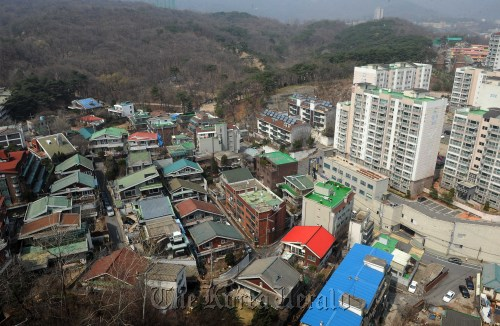 The view of the area near the UNESCO World Heritage Site Jeongneung, where a large-scale apartment complex is to be built as a part of the redevelopment plan. (Lee Sang-sub/The Korea Herald)