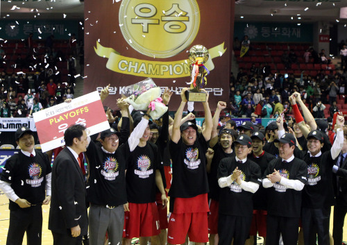 Anyang KGC players celebrate after winning the 2011-2012 KBL title in Wonju on Friday. (Yonhap News)