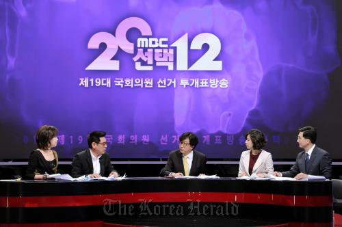 MBC included comedian Park Mi-sun (second from right) and actor Cho Hyeong-ki (second from left) in a panel discussion during its live election coverage on Wednesday. (MBC)