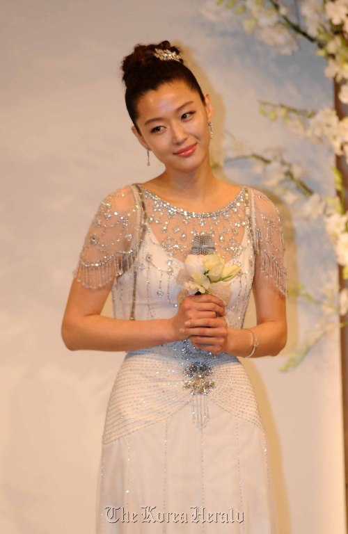 Jun Ji-hyun poses for photo at Hotel Shilla, Seoul, where she tied the knot on Friday. (Lee Sang-sub/The Korea Herald)