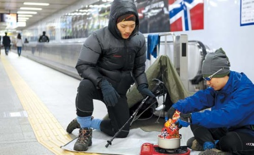 """Winning entrant Lee Jong-jin """"camps out"""" with a friend at Seoul's Samgakji Subway Station for the Norwegian Embassy's competition."""