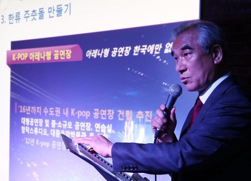 Culture Minister Choe Kwang-shik speaks at a press conference held at a small underground concert hall in Hongdae in northern Seoul. (Yonhap News)