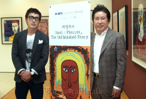 Ha Jung-woo (left) poses with his father Kim Yong-geon during the opening ceremony of his solo exhibition at H-art Gallery in Daechi-dong, southern Seoul. (Pyo Gallery)