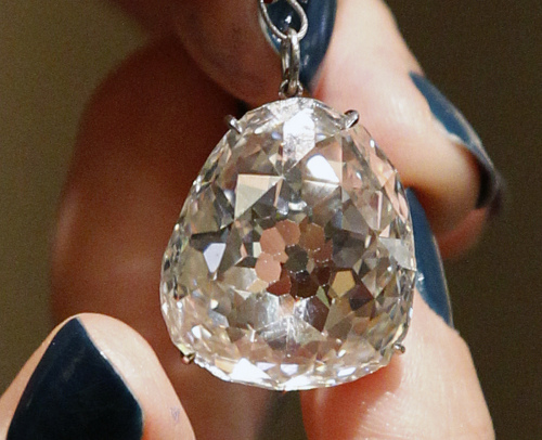 The Beau Sancy, a 34.98 carat diamond that will be put on sale by Sotheby`s auction house in Geneva next month, is presented in Paris, Monday. (AP-Yonhap News)