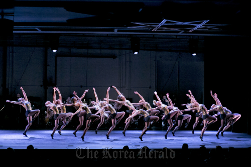 In this April 23 photo released by New York City Center, dancers perform during a celebration for Capezio's 125th Anniversary at New York City Center. (AP-Yonhap News)