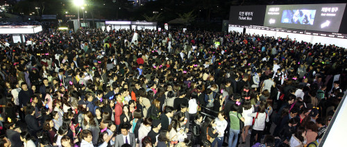Fans rush in to see Lady Gaga's concert in Seoul on Friday. (Yonhap News)