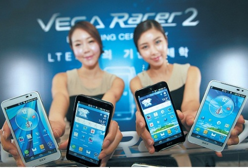 Models showcase Pantech's Vega Racer 2, which is aimed at securing the No. 2 position in the nation's long-term evolution smartphone market. (Yonhap News)