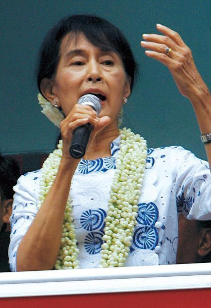 Myanmar pro-democracy icon Aung San Suu Kyi delivers her speech during an inauguration ceremony of a branch office of her National League for Democracy (NLD) party in Yangon, Myanmar, Tuesday, May 1, 2012. (AP-Yonhap News)