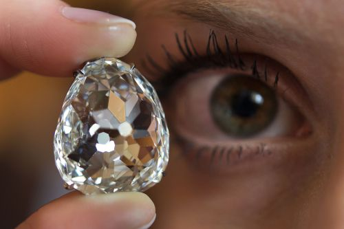A picture taken on May 10 shows a model posing with the Beau Sancy diamond during a Sotheby's auction press preview in Geneva. (AFP-Yonhap News)