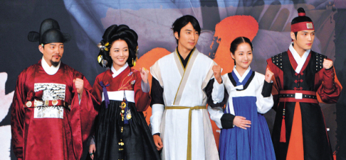 "The cast of MBC's ""Dr. Jin"" — (from left) Lee Bum-soo, Lee So-yeon, Song Seung-heon, Park Min-young, Kim Jae-joong — attend the drama's press conference in Seoul on Thursday. (Lee Sang-sub/The Korea Herald)"