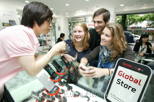 Expats consult with a clerk at a KT global store. (KT)
