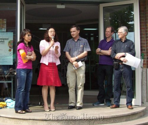 KUMFA representative Mok Young-hwa (second from left) speaks to attendees at the summer festival at the German school in Yongsan on May 19 after receiving their donation.